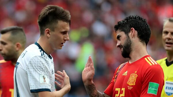 Футболист сборной России Александр Головин и испанский полузащитник Иско (Слева направо)