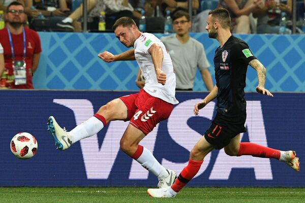 Датский защитник Симон Кьер и полузащитник сборной Хорватии Марцело Брозович (Слева направо)