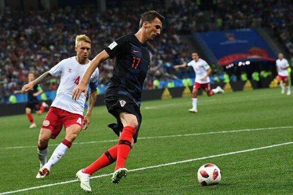 Датский защитник Симон Кьер и хорватский нападающий Марио Манджукич (Слева направо)