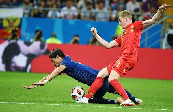 Японский защитник Хироки Сакаи и полузащитник сборной Бельгии Кевин Де Брёйне (слева направо)