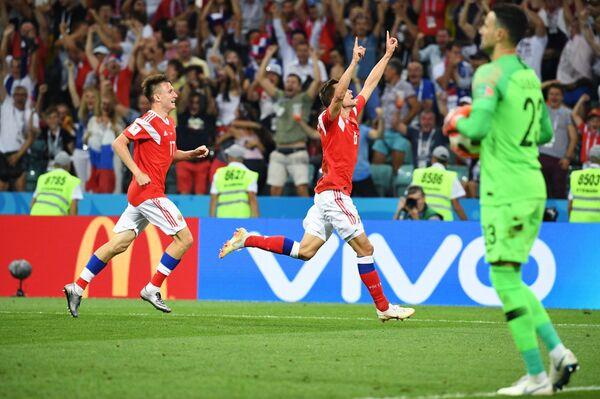 Футболисты сборной России Александр Головин и Денис Черышев (слева направо) радуются забитому голу