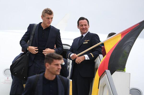 Хавбек сборной Германии Тони Кроос (слева на втором плане)