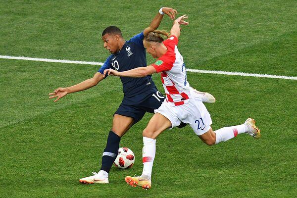 Форвард сборной Франции Килиан Мбаппе и защитник сборной Хорватии Домагой Вида (слева направо)