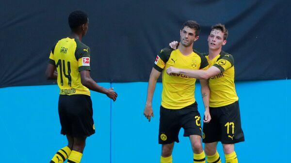 Хавбек Боруссии Кристиан Пулишич (в центре) празднует гол в ворота Ливерпуля