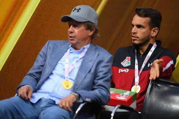 Главный тренер Локомотива Юрий Сёмин (слева) и голкипер Локомотива Маринато Гилерме