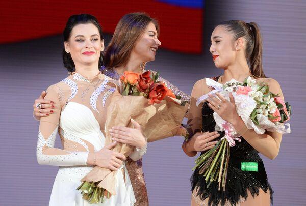 Олимпийские чемпионки Юлия Барсукова, Алина Кабаева и Маргарита Мамун (слева направо)