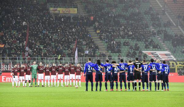 Футболисты Милана и Лацио во время минуты молчания