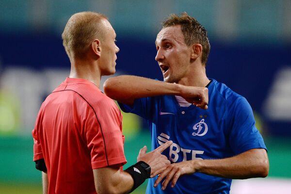 Главный судья Владимир Москалёв (слева) и защитник Динамо Алексей Козлов