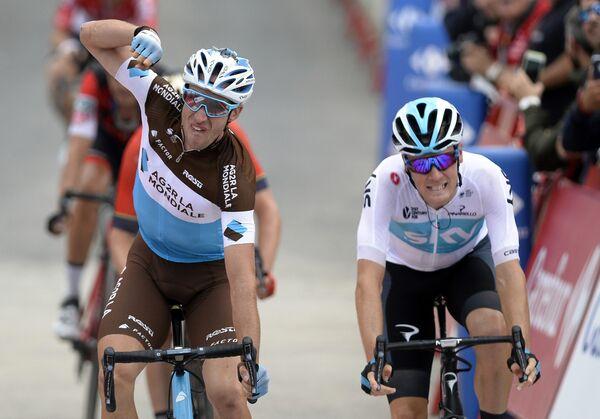 Французский велогонщик Александр Женье (слева)