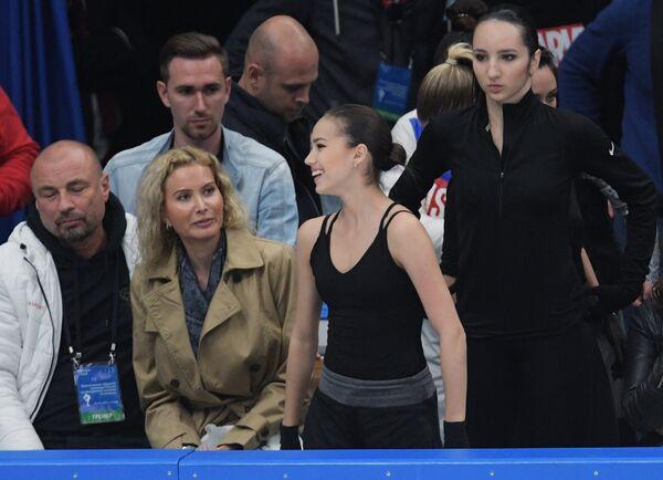 Алина Загитова (в центре) и тренер Этери Тутберидзе