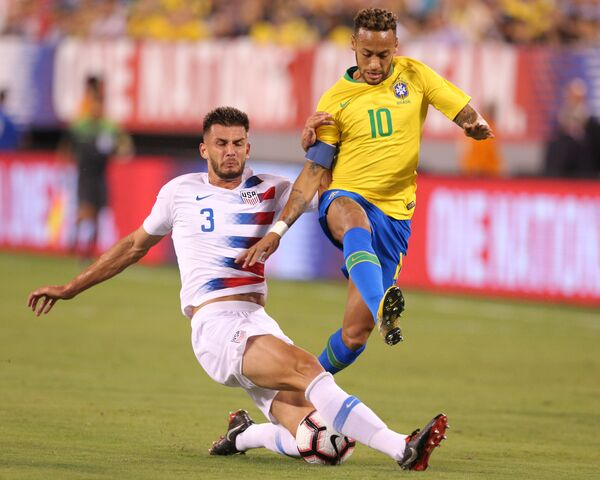 Защитник сборной США Мэтт Миазга (слева) и нападающий сборной Бразилии Неймар (справа)