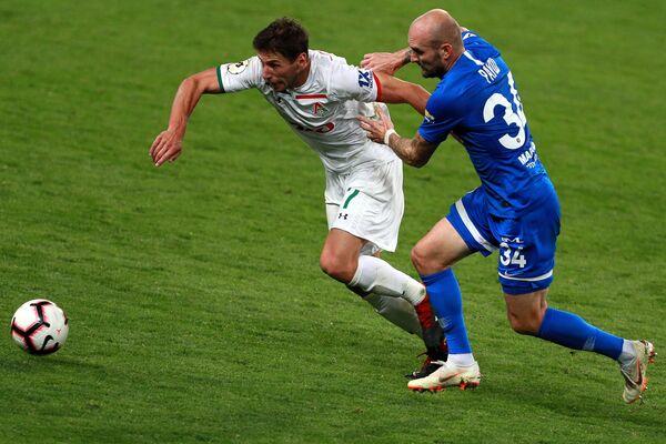 Защитник Локомотива Гжегож Крыховяк (слева) и защитник Динамо Константин Рауш