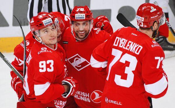 Хоккеисты Спартака Александр Хохлачёв, Робин Ганзл и Ярослав Дыбленко (слева направо)