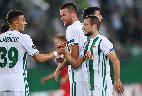 Футболисты Рапида радуются победе