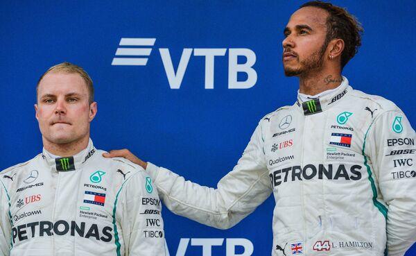 Гонщик команды Мерседес Вальттери Боттас и гонщик команды Мерседес Льюис Хэмилтон (слева направо)