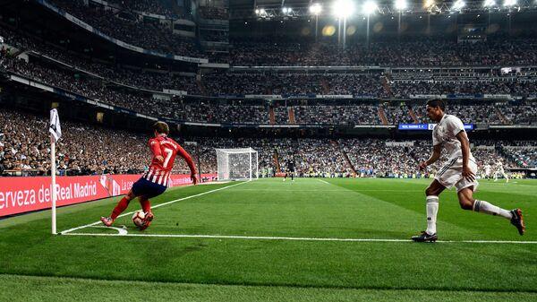 Форвард Атлетико Антуан Гризманн и защитник Реала Рафаэль Варан (слева направо)