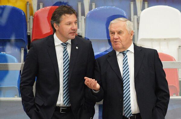 Главный тренер ХК Динамо Владимир Крикунов и тренер вратарей ХК Динамо Виталий Еремеев (справа налево)