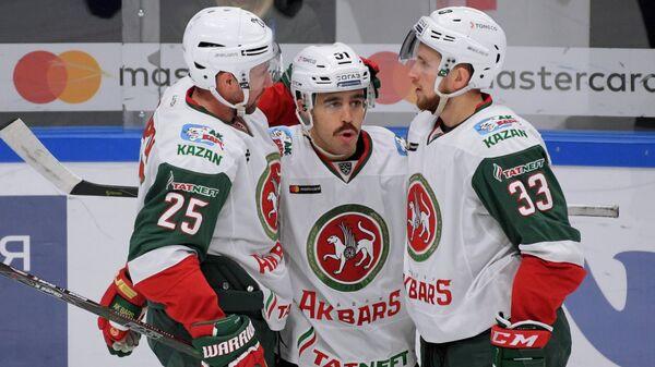 Хоккеисты Ак Барса Данис Зарипов, Джастин Азеведу и Альберт Яруллин
