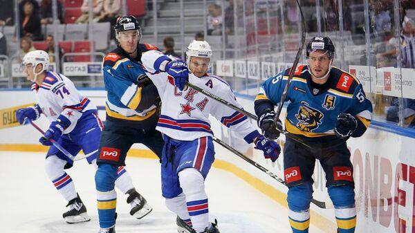 Игрок ХК Сочи Александр Будкин, игрок ХК СКА Никита Гусев и игрок ХК Сочи Артём Подшендялов (слева направо)