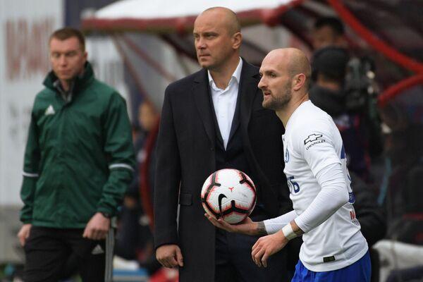 Защитник Динамо Константин Рауш и главный тренер Динамо Дмитрий Хохлов (справа налево)