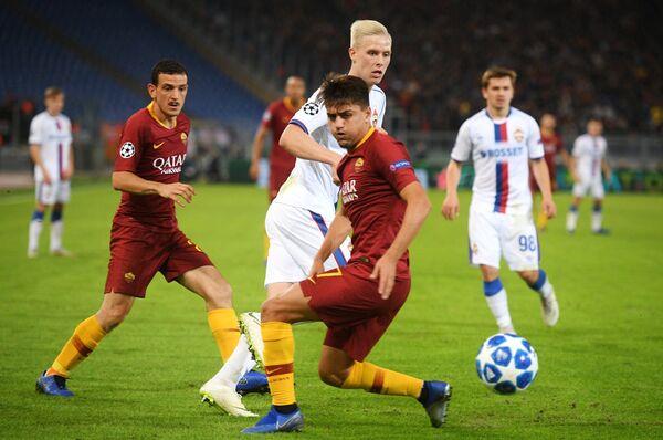 Защитник ЦСКА Хёрдур Магнуссон (в центре на втором плане) и нападающий Ромы Дженгиз Ундер (в центре на первом плане)