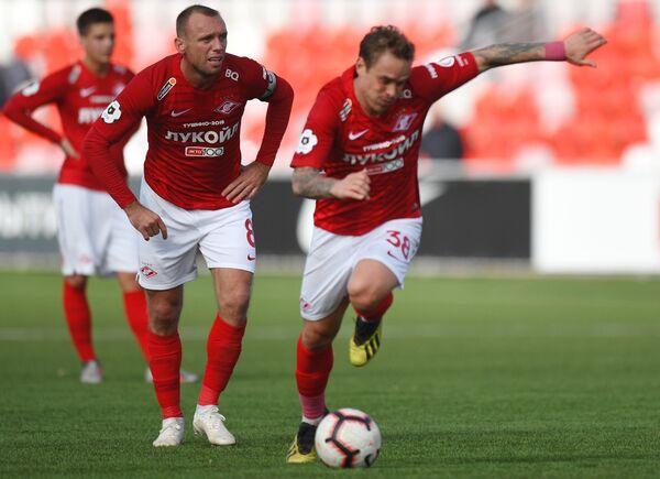 Футболисты Спартака Денис Глушаков (слева) и Андрей Ещенко
