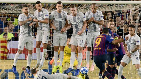 Форвард Барселоны Луис Суарес (№9) исполняет штрафной удар в матче Лиги чемпионов против Интера