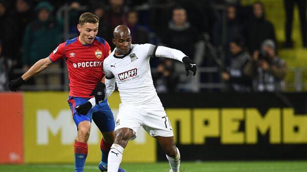 Нападающий ЦСКА Фёдор Чалов (слева) и полузащитник Краснодара Шарль Каборе