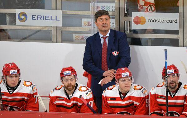 Главный тренер Автомобилиста Андрей Мартемьянов (в центре на втором плане)