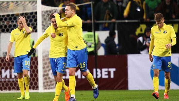Футболисты Ростова Александр Зуев, Артур Юсупов и Сверрир Ингасон (слева напправо) радуются забитому голу