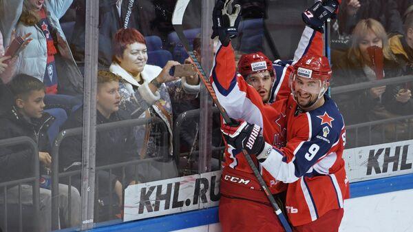 Хоккеисты ЦСКА Константин Окулов (слева) и Антон Слепышев радуются заброшенной шайбе