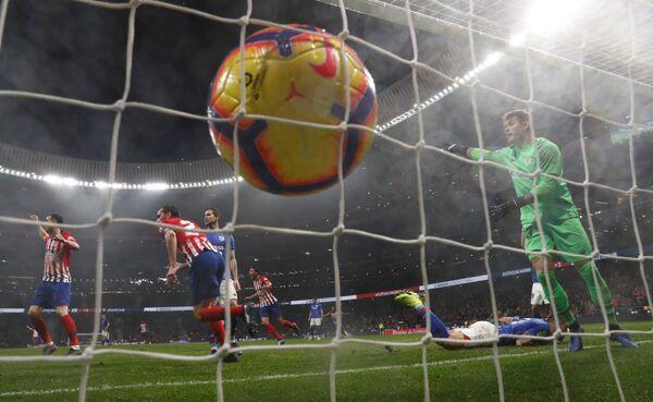 Футболисты мадридского Атлетико радуются забитому мячу в ворота Атлетика