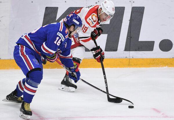 Нападающий СКА Сергей Плотников (слева) и нападающий Автомобилиста Франсис Паре