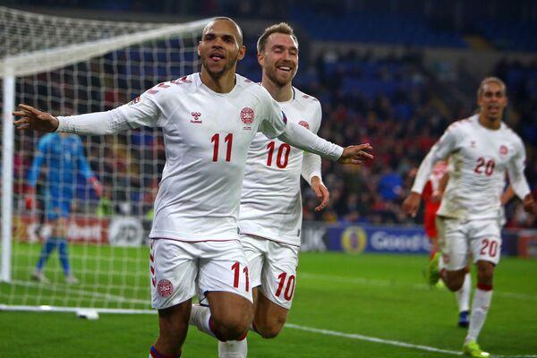 Футболисты сборной Дании радуются забитому мячу