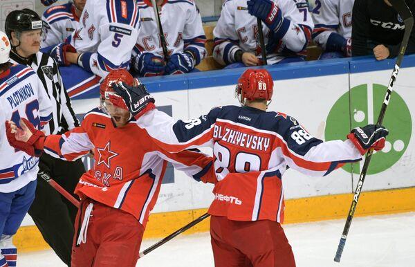 Хоккеисты ЦСКА Михаил Григоренко (слева) и Артём Блажиевский радуются заброшенной шайбе
