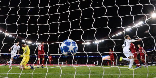 Форвард Пари Сен-Жермен Неймар радуется забитому мячу в ворота Ливерпуля