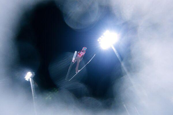 Давид Кубацкий (Польша) во время соревнований по прыжкам на лыжах с трамплина среди мужчин на этапе Кубка мира в Нижнем Тагиле