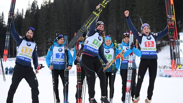 Слева направо на первом плане: Беньямин Вегер, Лена Хекки, Элиза Гаспарин (Швейцария)