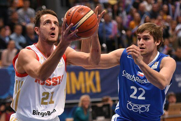 Игрок сборной России Станислав Ильницкий (слева) и игрок сборной Чехии Ондржей Когоут