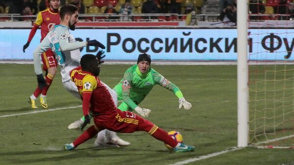 Защитник Зенита Миха Мевля, форвард Арсенала Эванс Кангва и вратарь Зенита Андрей Лунёв (слева направо)