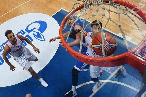 Баскетболисты сборной России Станислав Ильницкий (слева) и Евгений Валиев (справа)