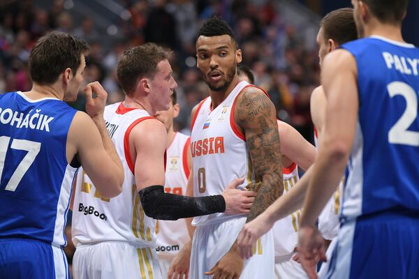 Игрок сборной Чехии Яромир Богачик, баскетболисты сборной России Дмитрий Кулагин, Джоэл Боломбой (слева направо)