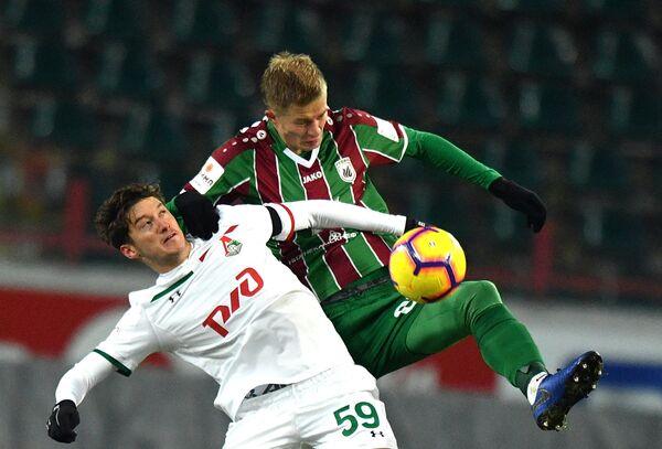 Хавбек Локомотива Алексей Миранчук (слева) и защитник Рубина Егор Сорокин