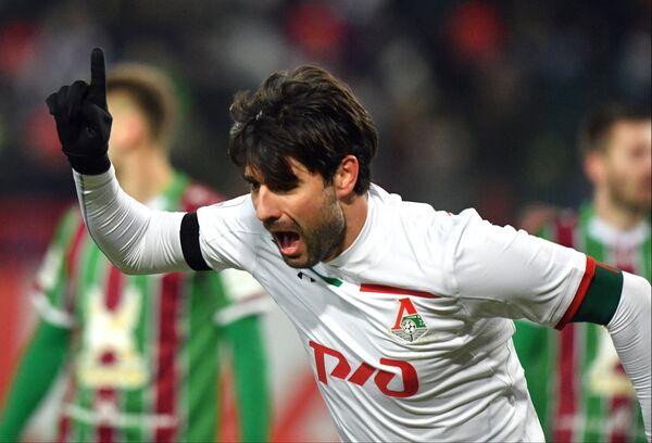 Защитник Локомотива Ведран Чорлука радуется забитому голу