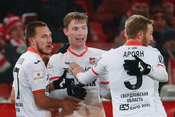 Футболисты Урала Михаил Меркулов, Владимир Ильин и Вараздат Ароян (слева направо) радуются забитому голу