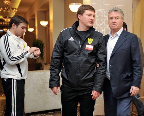 Гус Хиддинк (справа)