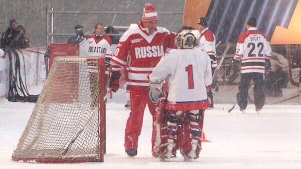 Хоккеисты Суперсерии-72 сразились с юными спортсменами на Красной площади