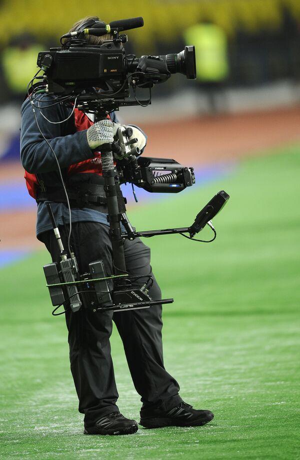 Оператор с видеокамерой на футболе
