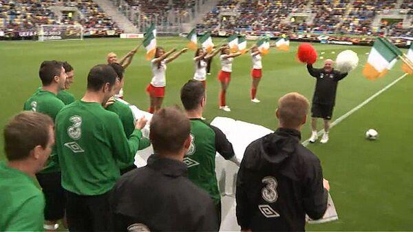 Сборную Ирландии на стадионе встретили чирлидерши и болельщики