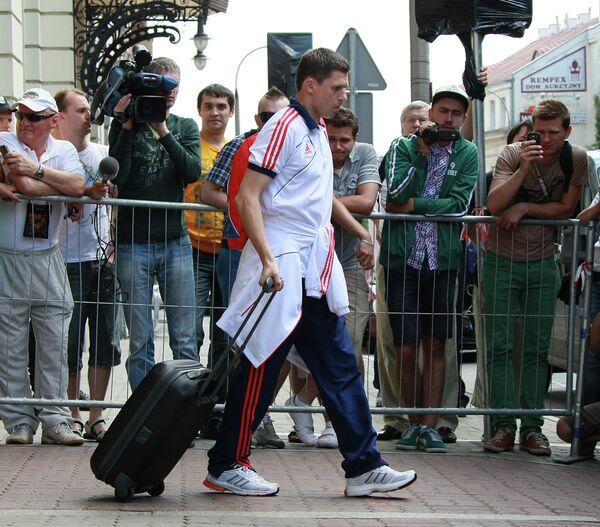 Игорь Семшов выходит из отеля Бристоль в Варшаве.